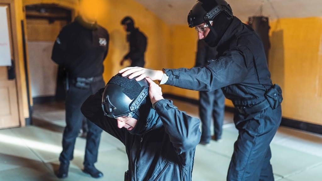 Aanhouding tijdens de simulatiefase van de Special Forces Experience teambuilding training van Unlimited You