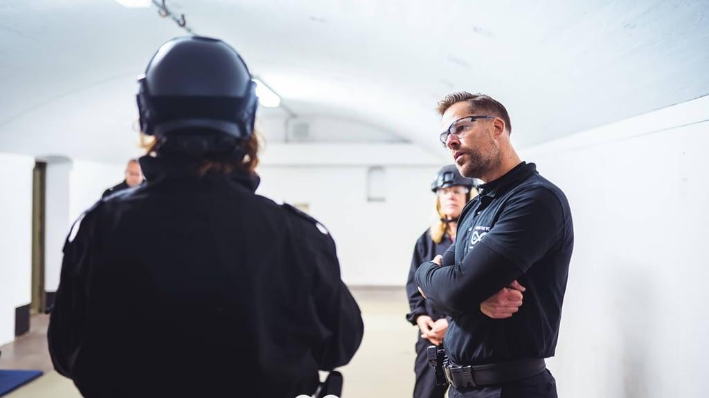 Niels geeft uitleg over onafhankelijkheid tijdens een de-briefing bij Unlimited You