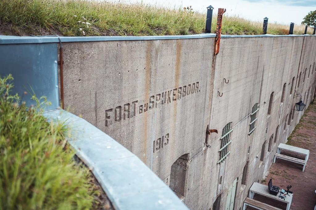 Fort bij Spijkerboor gegraveerd op de keelzijde van het fort